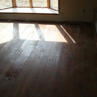 Jak odnowić drewnianą podłogę tanim kosztem